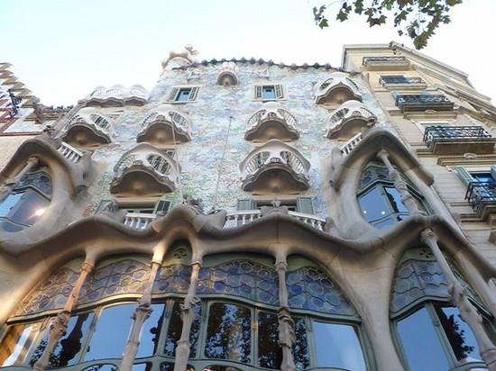 Foto facciata casa battl a barcellona 550x412 autore for Villaggi vacanze barcellona