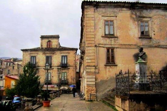 piazza Filottete, a sinistra il secentesco palazzo Vallone, già Filomarino