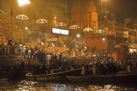 cerimonia serale sul ghat principale varanasi