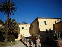Villa Baruchello: edifici e palme