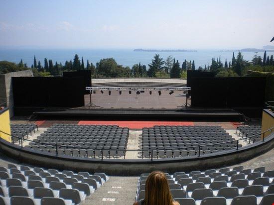 L'affascinante anfiteatro all'interno del Vittoriale degli Italiani, con vista sul lago. All'epoca era stato allestito per il concerto di Lucio Dalla.