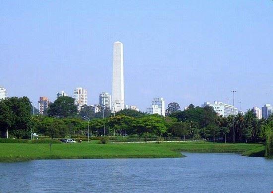 56915 san paolo l  oblisco si staglia sullo sfondo del parco ibirapuera