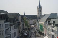 Il centro di Trier visto dall'interno della Porta Nigra