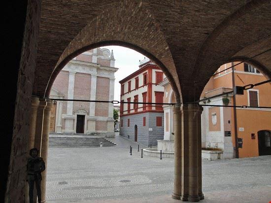piazza cattedrale svenanzo fabriano