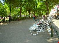 stoccolma punto di raccolta delle stockholm city bikes ai lati del parco