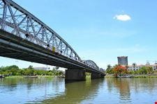 il ponte costruito da eiffel sul fiume dei profumi hanoi