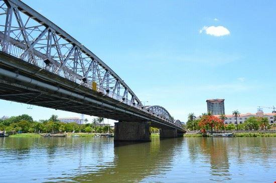 Foto il ponte costruito da eiffel sul fiume dei profumi a hanoi 550x366 autore - Il giardino sul fiume ...