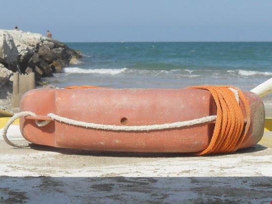 passeggiata sulla spiaggia misano adriatico