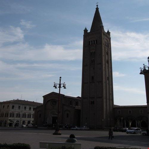 Basilica in Piazza Saffi .
