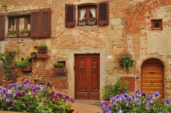 Primavera in Toscana - borgo medievale di Certaldo Alto (FI)