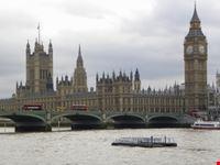il parlamento inglese con il big ben visti dal tamigi londra