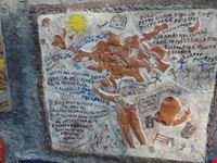 decorazione aushwitz su muro ravello