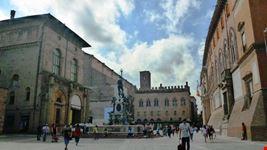 Fontana del Nettuno, a sin. Palazzo Re Enzo, sul fondo palazzo dei Notai. a destra Palazzo Comunale