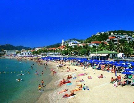Foto La Spiaggia Di Pietra Ligure A Pietra Ligure 434x333
