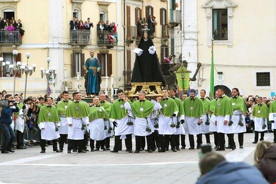sulmona madonna che scappa in piazza