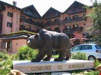 la statua dell orso andalo