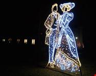 le figure luminose in vestiti d epoca nel parco reale di lazienki a varsavia varsavia