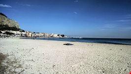 mondello una spiaggia e un porto pittoresco