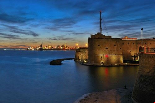 il castello aragonese e le tombe a camera