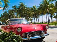 Classica automobile americana sulla spiaggia del sud