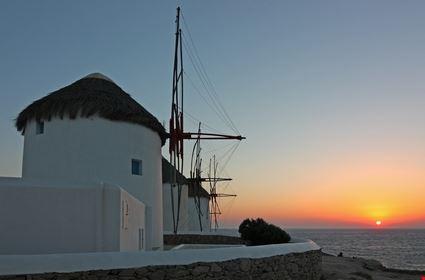 I famosi mulini a vento dell'isola al tramonto