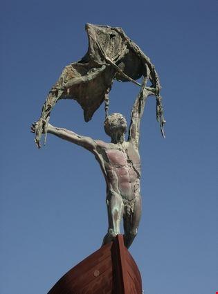 torremolinos statua di carihuela beach