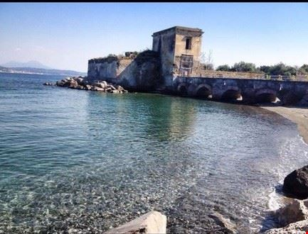 spiaggia castello baia bacoli