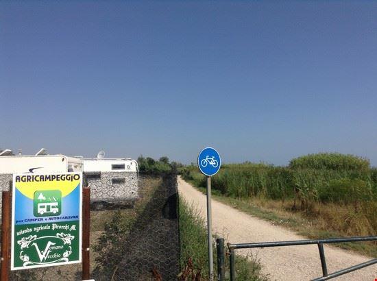 ingresso agricampeggio e visuale pista ciclabile