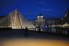 louvre illuminato parigi