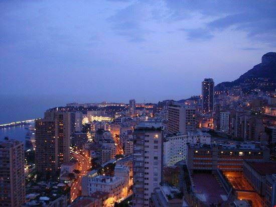 Vista notturna di Monte Carlo