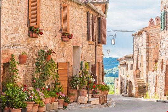 le vie del borgo medievale di Montefollonico, tra Montepulciano e Pienza.