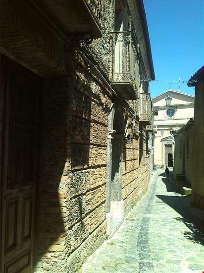 Stradina del centro storico di Tiriolo. In fondo si intravede la facciata della Chiesa Matrice
