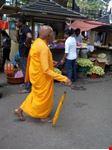 un monaco a passeggio