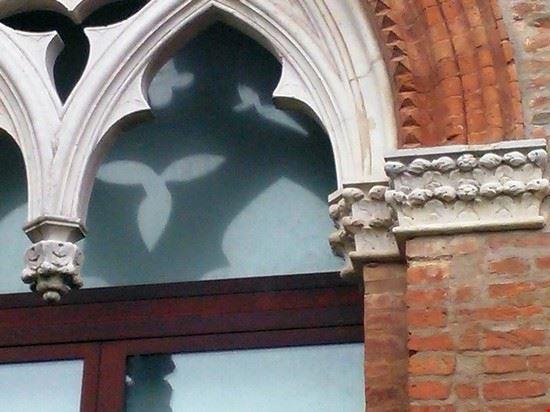 Uno di sei finestroni gotici che si possono ancora oggi ammirare nella prima corte del Castello di Belriguardo