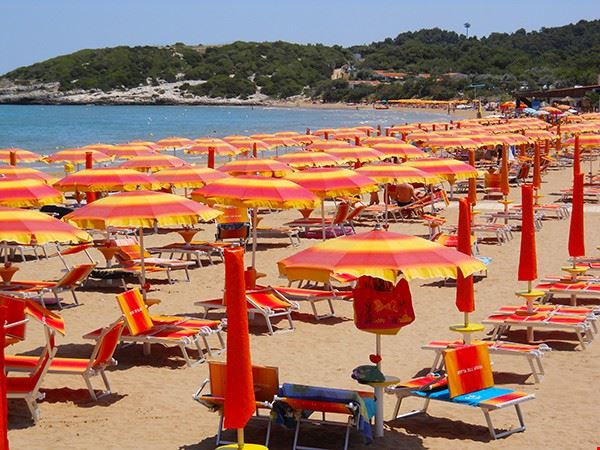 Spiaggia con ombrelloni e sdraio