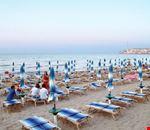 Spiaggia con lettini e ombrelloni