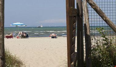 La spiaggia libera difronte al campeggio
