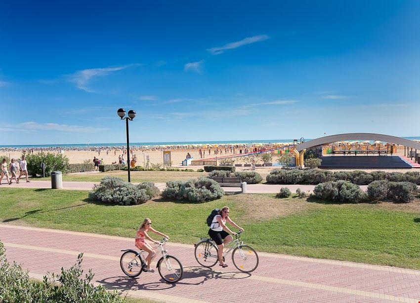 Passeggiata in bici lungo la spiaggia