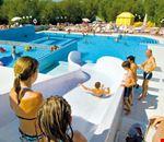 Villaggio turistico con piscina e scivoli