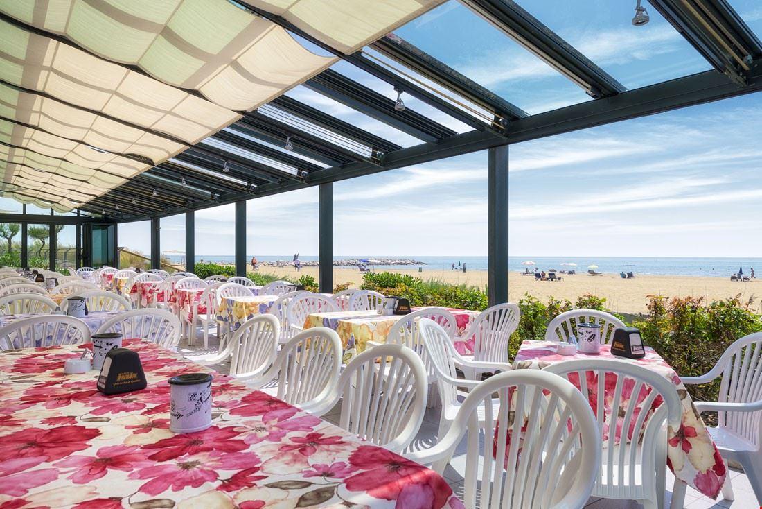 Ristorante con terrazza sulla spiaggia