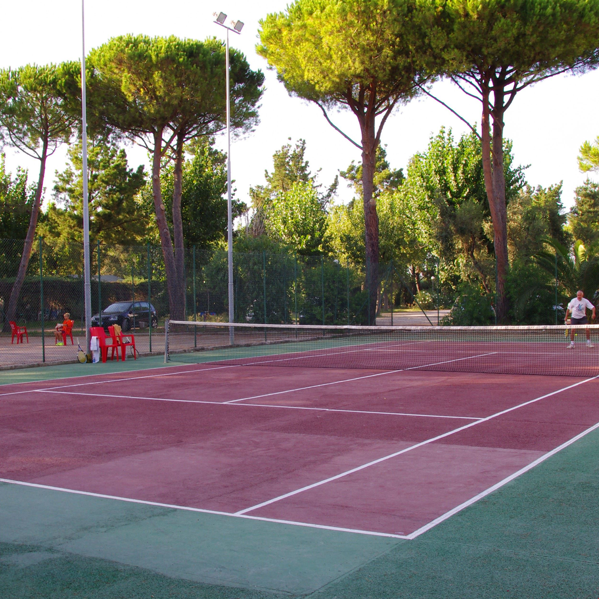 Il campo da tennis nel campeggio