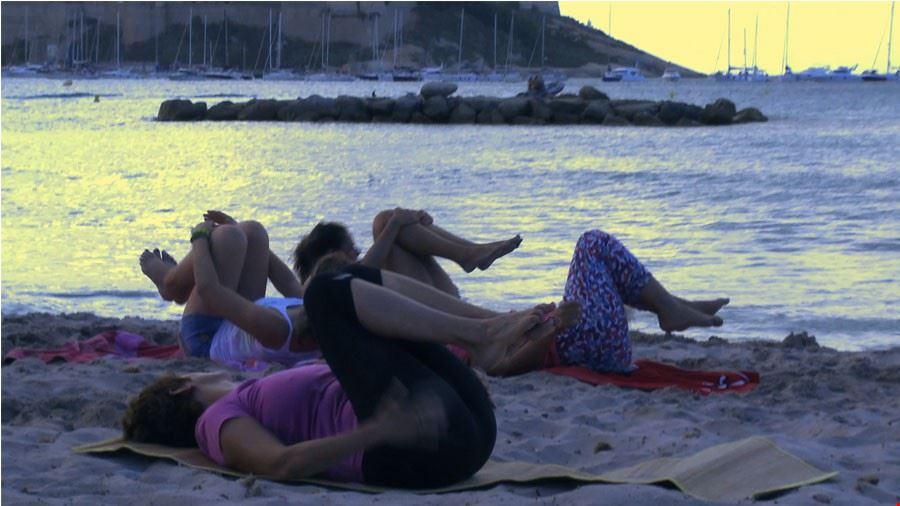 Stretching sulla spiaggia