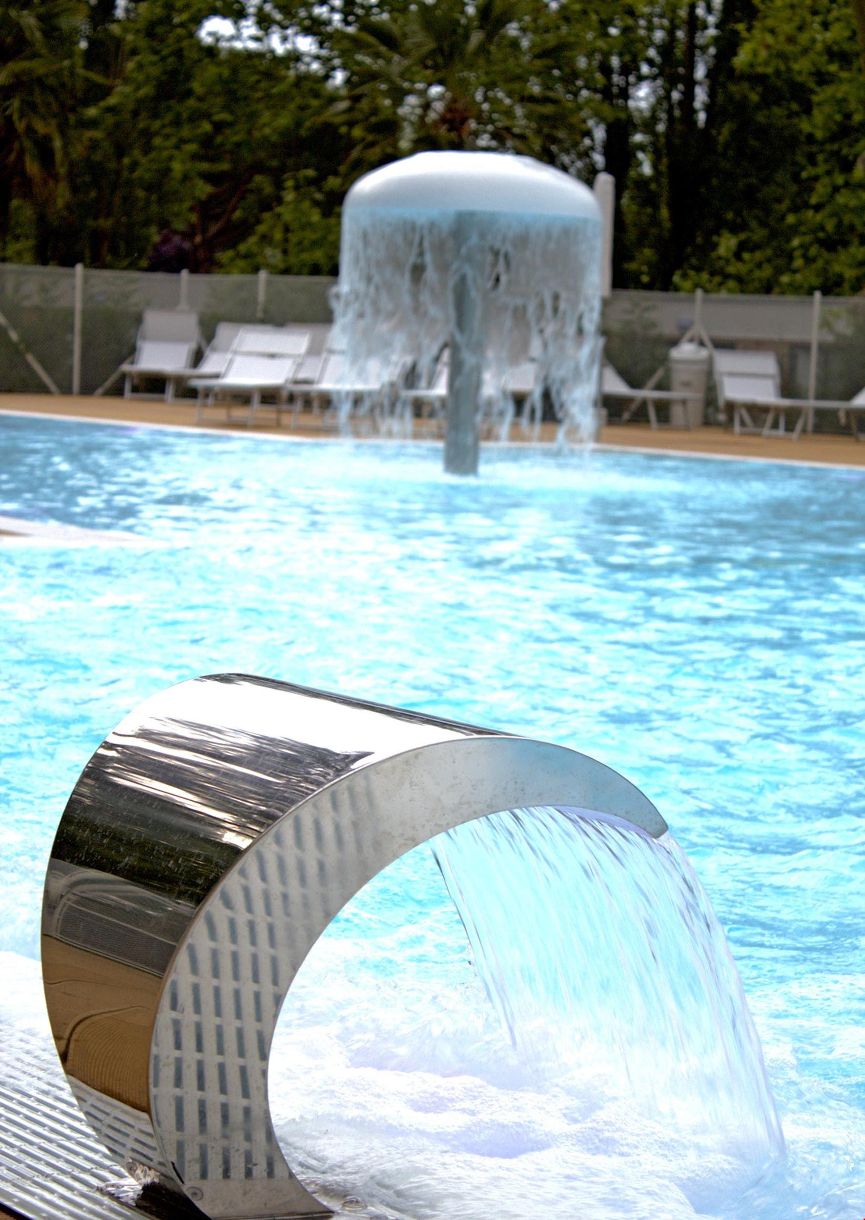 Getti d'acqua nella piscina