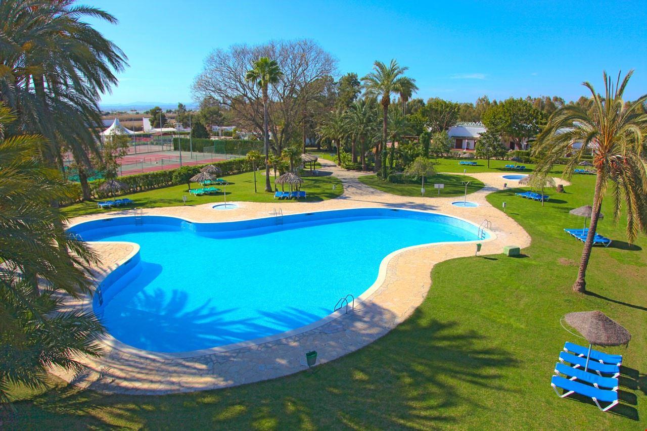 Piscina del Devesa Gardens Camping & Bungalows a Valencia