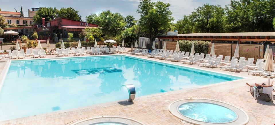 Campeggio con piscina a Roma