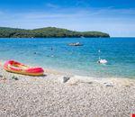 Spiaggia di ghiaia a Rovigno in Croazia