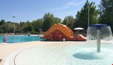 Piscina con giochi sull'acqua ai Lidi di Comacchio